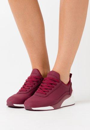 VMALMA  - Zapatillas - cabernet