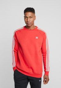 adidas Originals - 3 STRIPES CREW UNISEX - Sweatshirt - lush red - 0
