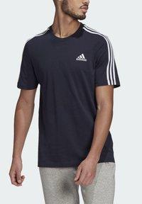 adidas Performance - 3-STRIPES SPORTS ESSENTIALS T-SHIRT - T-shirt med print - dark blue - 3