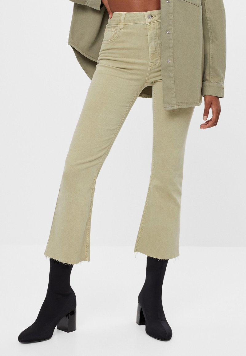 Bershka - SCHLAGHOSE - Flared Jeans - khaki
