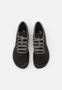 Merrell - VAPOR GLOVE 3 LUNA - Minimalistické běžecké boty - black/charcoal - 7