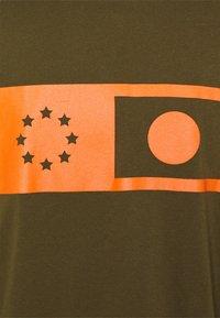 Edwin - SYNERGY UNISEX - Long sleeved top - uniform green - 2