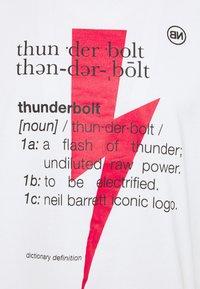 Neil Barrett - THUNDERBOLT DEFINITION SERIES - Triko spotiskem - white/red/black - 6