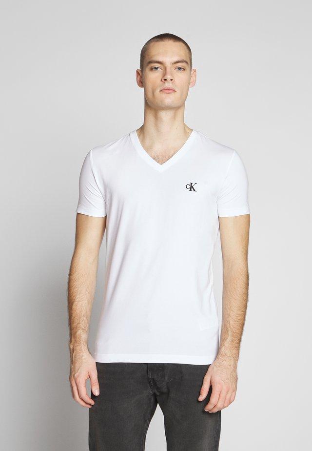 ESSENTIAL V NECK TEE - Jednoduché triko - bright white