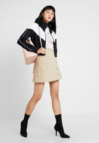 Nike Sportswear - W NSW HRTG TRCK JKT PK - Chaqueta de entrenamiento - black/white - 1