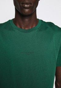 Bruuns Bazaar - GUSTAV BUSTER TEE - Basic T-shirt - dark green - 7