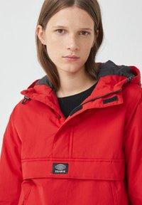PULL&BEAR - Zimní bunda - red - 3