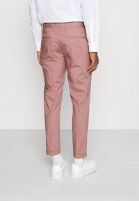 Jack & Jones PREMIUM - JPRLIGHT SID TROUSER - Trousers - soft pink - 2
