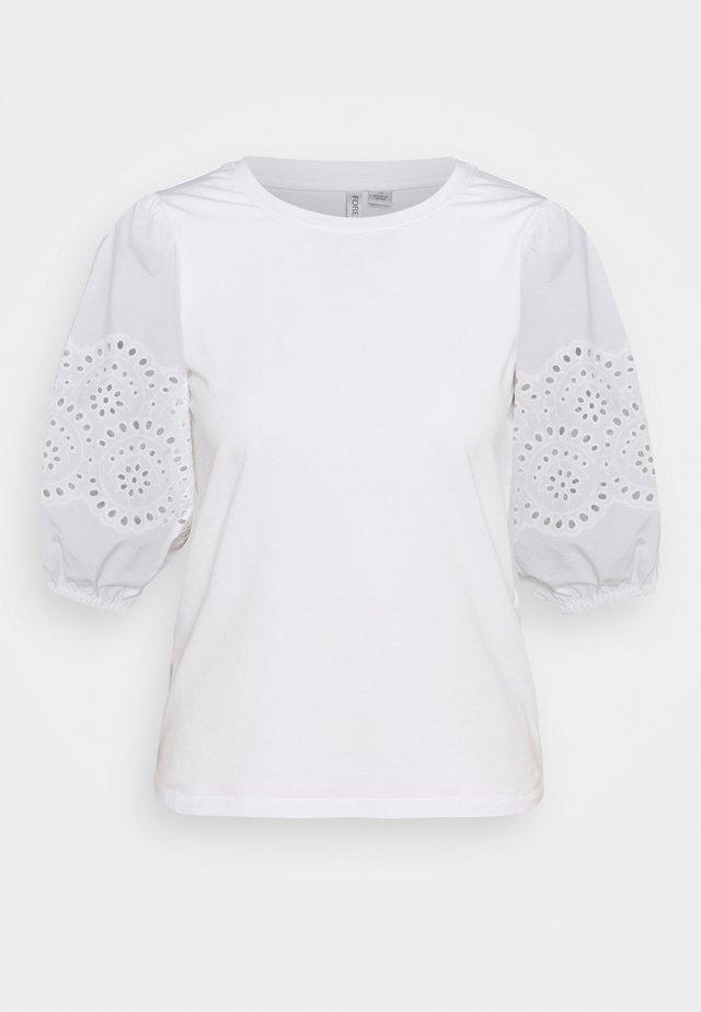 BELLE BRODERIE SLEEVE TEE - T-shirts med print - white