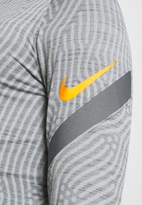 Nike Performance - DRY STRIKE DRILL - Funktionsshirt - smoke grey/total orange - 6