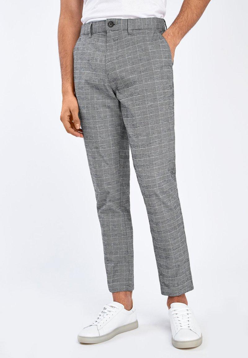 Next - GREY TAPERED SLIM FIT CHECK CHINOS - Kalhoty - grey