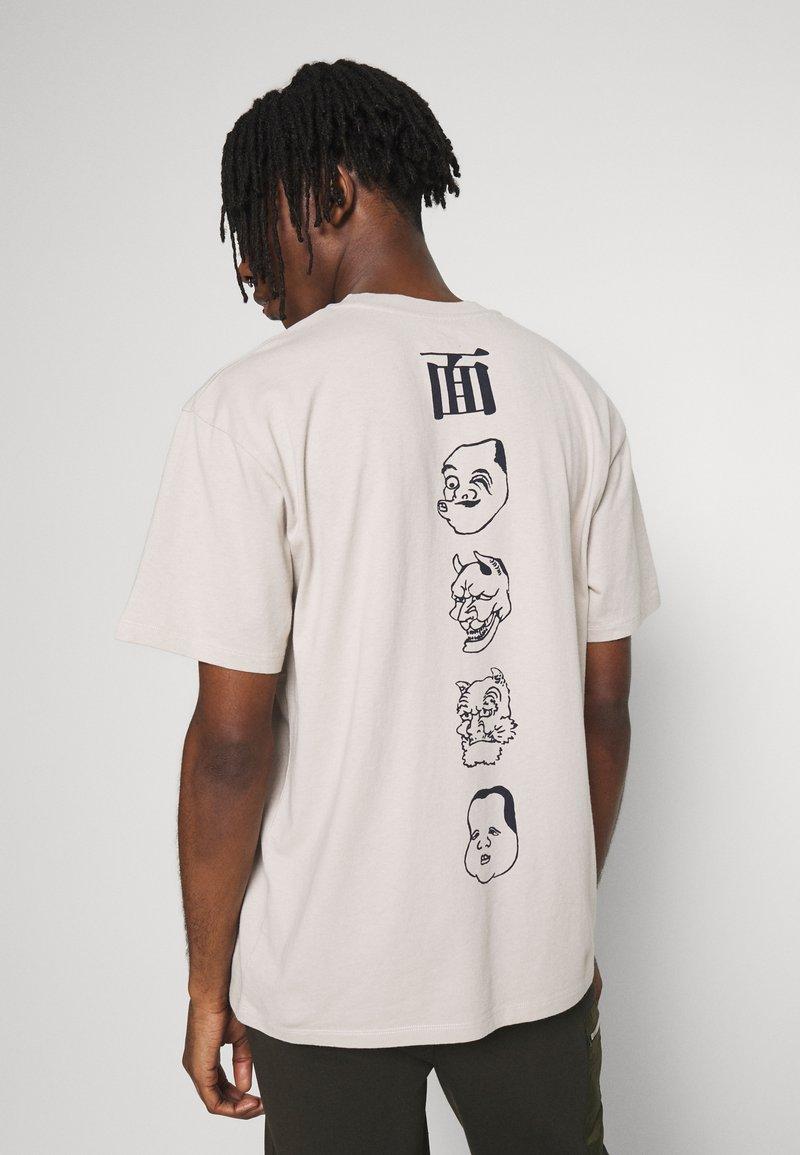 Edwin - HOKUSAI NOH MASKS UNISEX - Print T-shirt - silver cloud