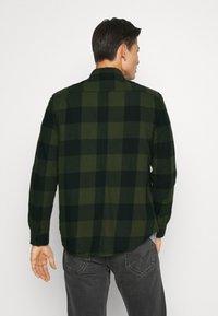 Pier One - Overhemd - oliv/ black - 2