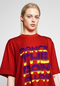 House of Holland - DANCE OVERSIZED - Print T-shirt - red - 4
