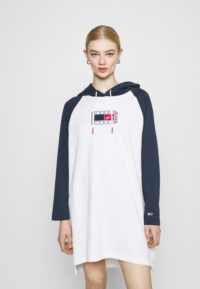 TIMELESS FLAG HOODIE DRESS - Korte jurk - white/multi