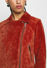 Pieces - PCANA SUEDE JACKET - Leather jacket - chili oil - 4