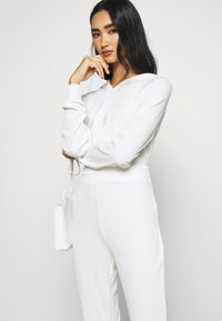 KENDALL + KYLIE - SLIT DETAIL PANTS - Trousers - white - 3