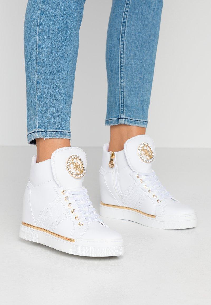 Guess - FREETA - Sneakersy wysokie - white