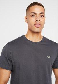 Lacoste - T-shirt basique - graphite - 3