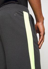 Nike Sportswear - FESTIVAL ALUMNI - Shorts - dark smoke grey/volt/volt - 5