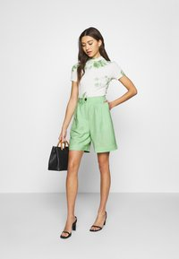 EDITED - JOANIE BERMUDA - Shorts - cameo green - 1
