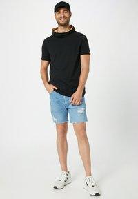 Fli Papigu - GANGSTA & KRIPOS - Print T-shirt - schwarz - 1