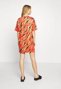 Missguided - FESTIVAL EXCLUSIVE FLAME PRINT DRESS - Žerzejové šaty - red - 2