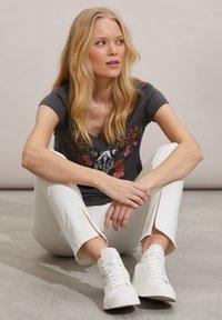 Odd Molly - HENNA - Print T-shirt - asphalt - 4