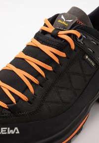 Salewa - MS MTN TRAINER 2 GTX - Obuwie hikingowe - black/carrot - 5