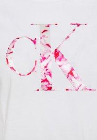 Calvin Klein Jeans - BONDED FILLED TEE - Camiseta estampada - bright white/marble - 2