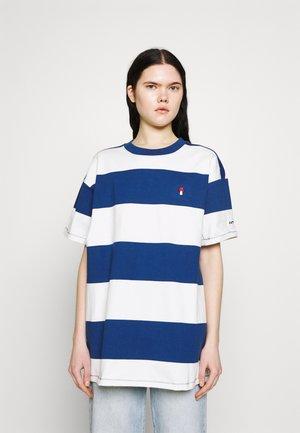 HEAVYWEIGHT ROADTRIP TEE - T-shirts print - alyssa/estate blue