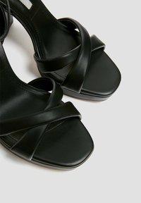 PULL&BEAR - MIT GESTEPPTEM ÜBERFUSSRIEMEN - High heeled sandals - black - 5