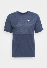 Nike Performance - RUN MILER  - T-shirt med print - thunder blue - 3