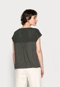 Opus - SEYMONA - Print T-shirt - black oliv - 2