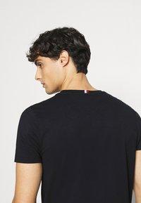 Tommy Hilfiger - NEW LOGO TEE - T-shirt med print - desert sky - 3