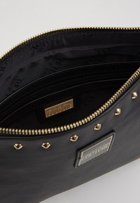 Versace Jeans Couture - STUDDED POUCH ON STRAP - Pochette - black - 4