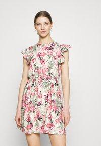 Vero Moda - VMGIGI SHORT DRESS - Kjole - birch/gigi with honey suckle - 0