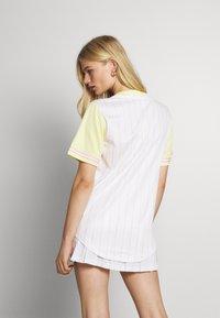 Karl Kani - VARSITY BLOCK PINSTRIPE BASEBALL SHIRT - Print T-shirt - white - 2