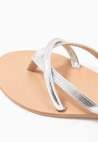BEBO - BARE - Sandály s odděleným palcem - silver - 2