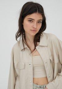 PULL&BEAR - Lehká bunda - beige - 5