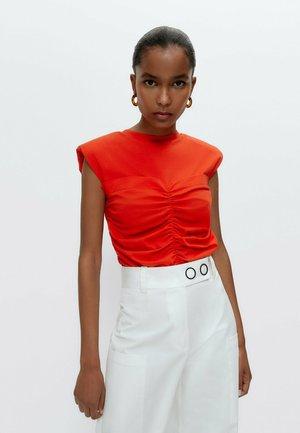MIT GERAFFTEM MITTELTEIL - T-shirt print - orange
