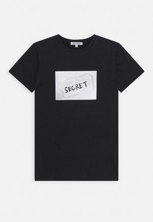KYLE TEE - Print T-shirt - black