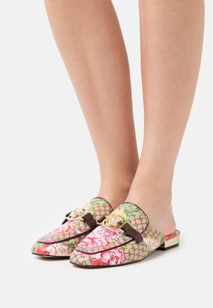 Sandalias planas - pink bright