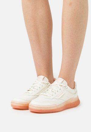 CLUB LEGACY - Sneakers basse - chalk/aura orange/twisted coral