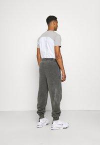 Vintage Supply - CORE OVERDYE  - Pantalon de survêtement - grey - 2