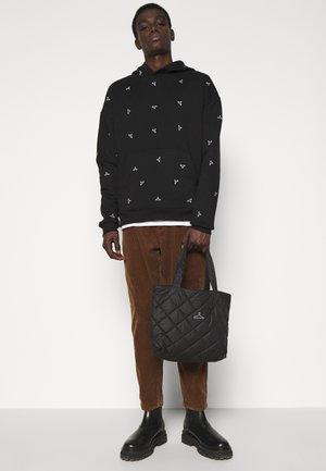 HANGER TOTE SMALL UNISEX - Handbag - black