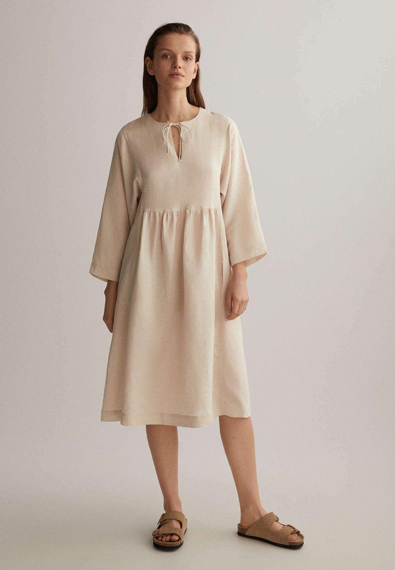 OYSHO - Denní šaty - beige