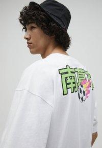 PULL&BEAR - NARUTO - Print T-shirt - white - 4