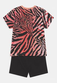 Puma - MINICATS CLASSICS SET UNISEX - Print T-shirt - apricot blush/neon safari - 2