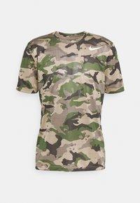 Nike Performance - TEE CAMO - T-shirt con stampa - khaki - 4